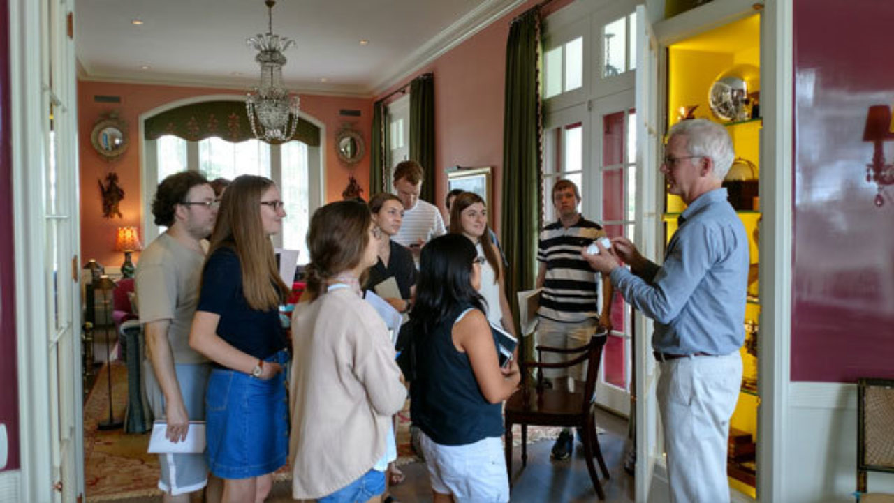 Architect Peter Pennoyer walks students through the house